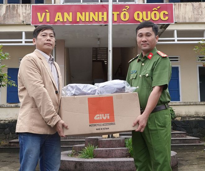 công ty givi tặng áo mưa givi cho cán bộ đi hỗ trợ dân vùng lũ